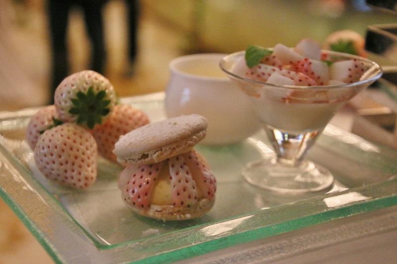 35樓的「Club InterContinental Lounge」推出的白草莓下午茶組合吃得到宛如藝術品的點心