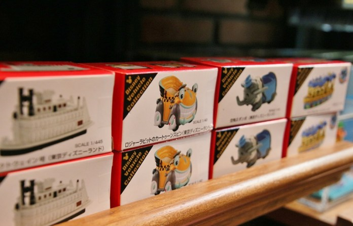迪士尼園區限定版的迷你小汽車TOMICA,是大人小孩都喜歡的紀念品