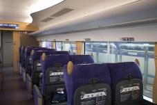 車廂內的座椅的設計是「江戶紫」和「印傳」工藝的結合