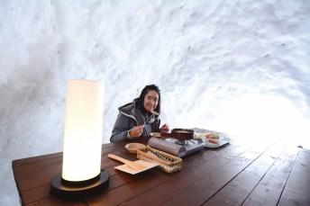 在雪洞內品嘗起司火鍋