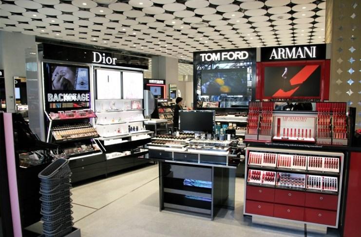 一樓賣場,可見各家國際品牌專櫃入駐