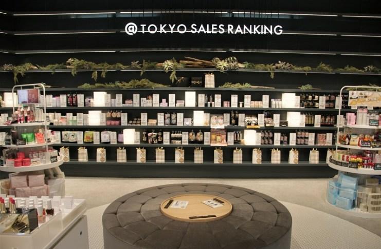二樓的「@cosme TOKYO SALES RANKING」陳設該店銷售最好的商品
