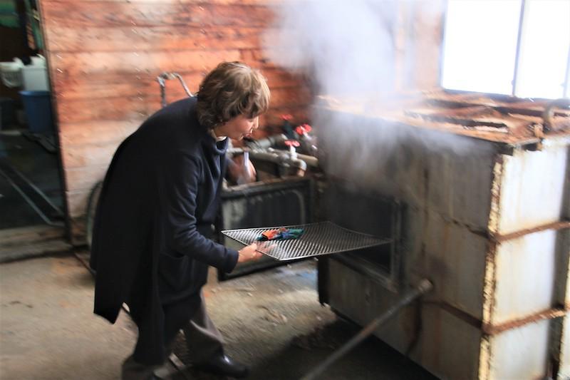 著色完畢後放入高溫的蒸氣鍋內約20分鐘,再解開棉線,確認脫色與定色的效果