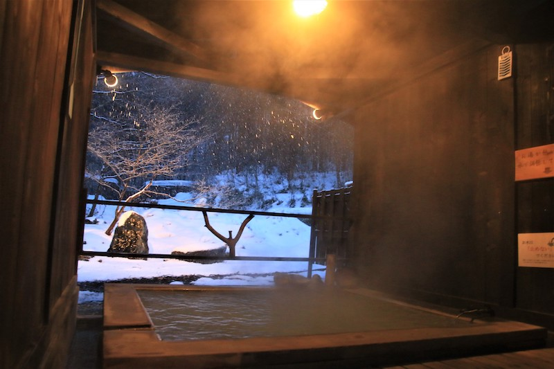 碳酸水素鹽泉的半露天展望風呂,可以享受季節變換的美景