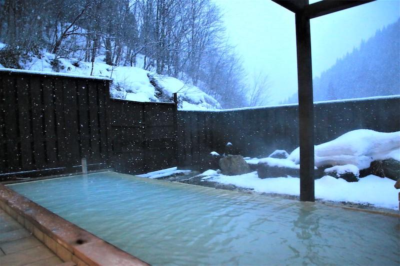 一邊欣賞雪景一邊泡湯,好不享受
