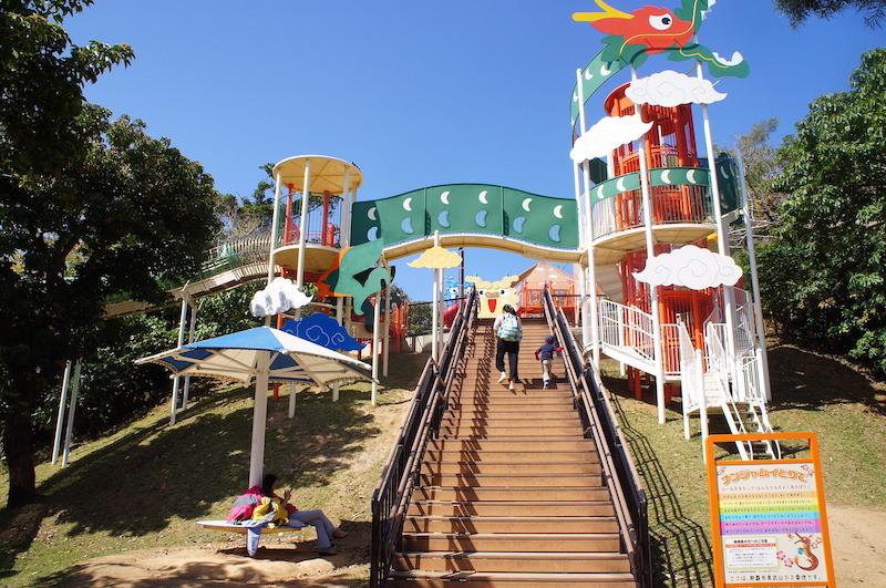 那霸「奧武山公園」佔地廣闊,適合小朋友在此奔跑遊戲
