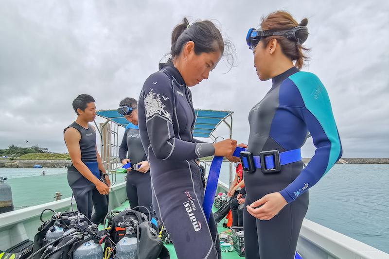 潛水潛穿戴好裝備(海洋家族行程)