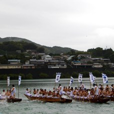 Boats-trying-to-obtain-head-position-at-the-Mifune-boat-race