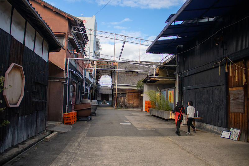 An alley on both sides of which you can see old sakaguras  in the Nadagiku Brewery.