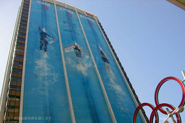 シドニー五輪期間中シティに現れたビルをプールに見立てた巨大垂れ幕