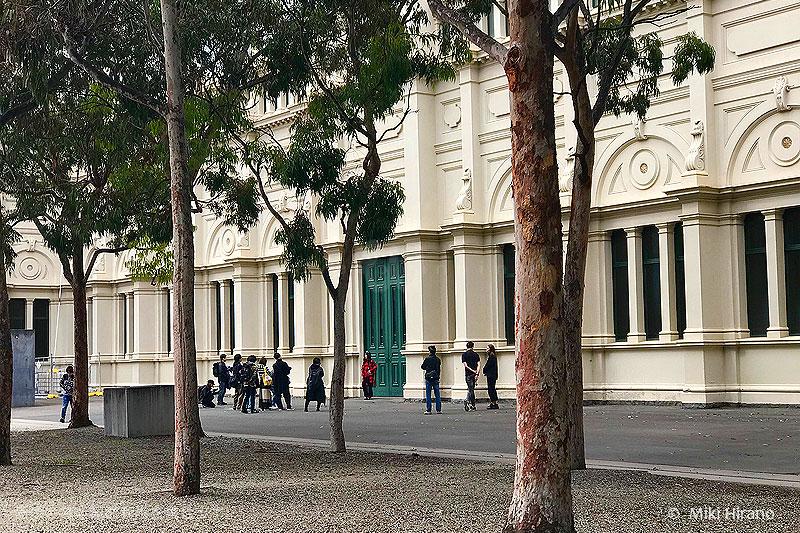 世界遺産の建物の前での撮影シーン。
