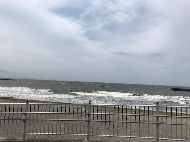 検見川浜でサーフィン