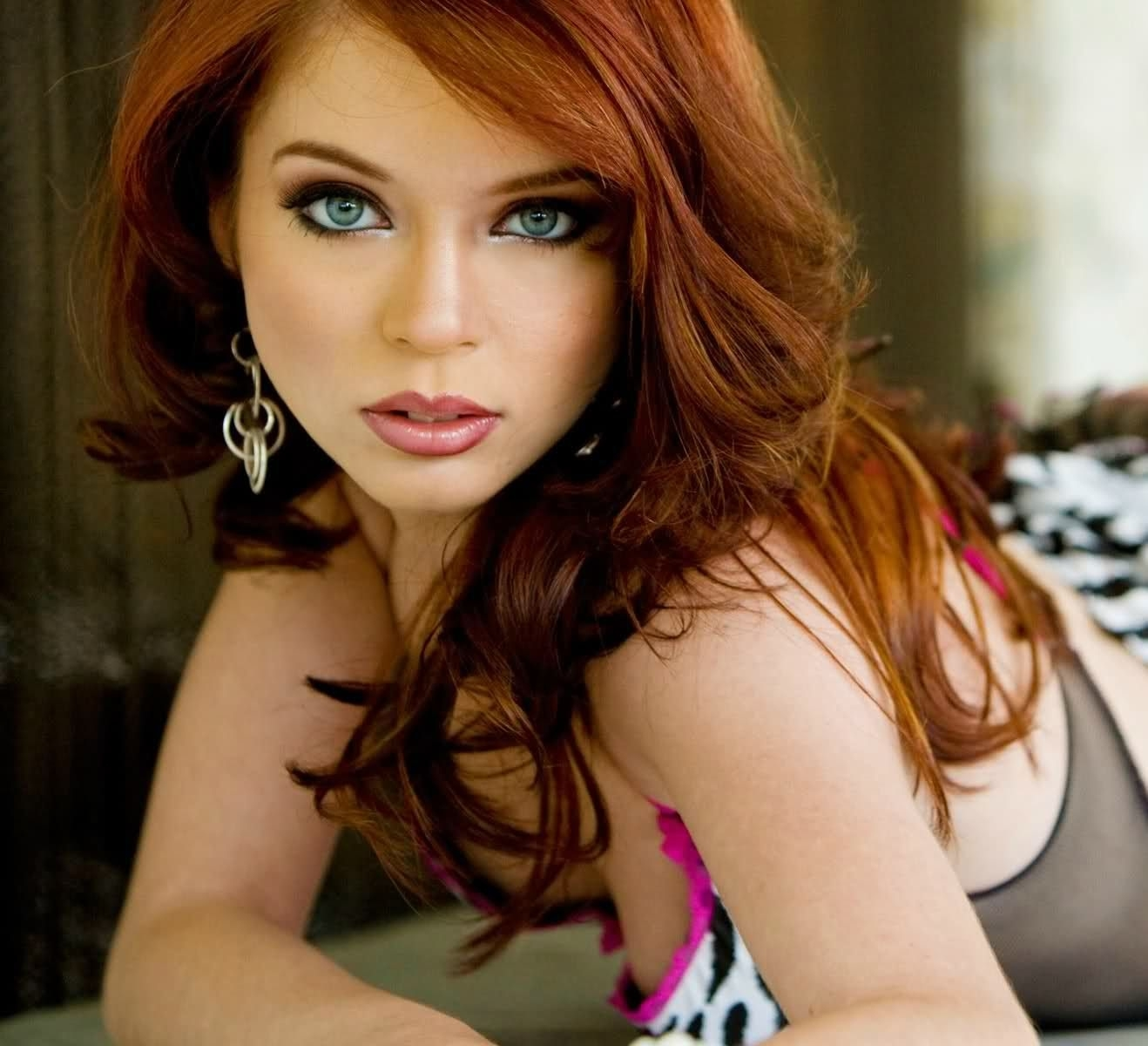 makeup for pale skin green eyes red hair - wavy haircut