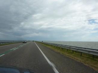 Auf dem Houtribdijk. Markermeer rechts, Ijsselmeer links.
