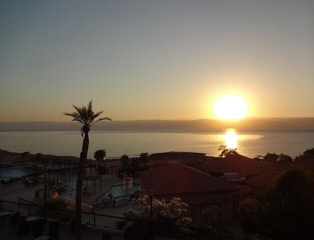 ヨルダンの死海の夕日