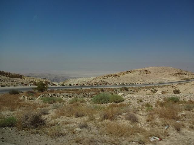 ヨルダンのワディラムから死海へ向かう途中