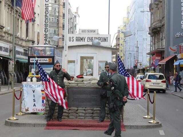 チェックポイント・ちゃりーの前で待機する兵たち