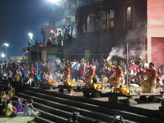 ガンジス河で行われているプージャの祈り
