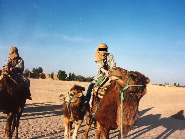 チュニジアのサハラ砂漠でラクダに乗る