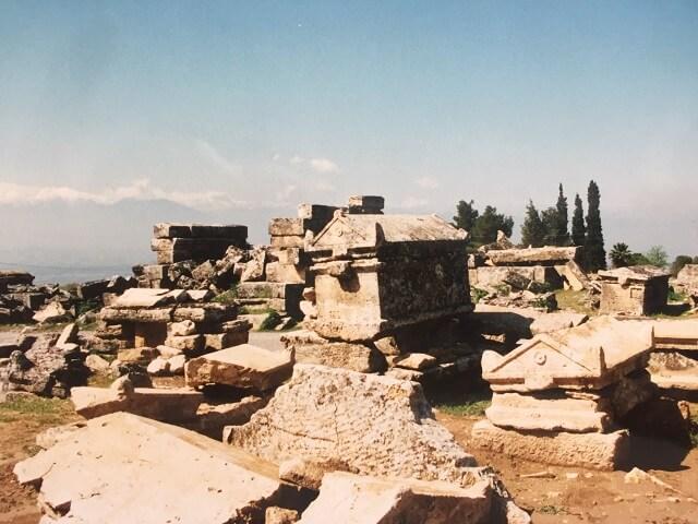 トルコのパムッカレのヒエラポリスに残る墓地