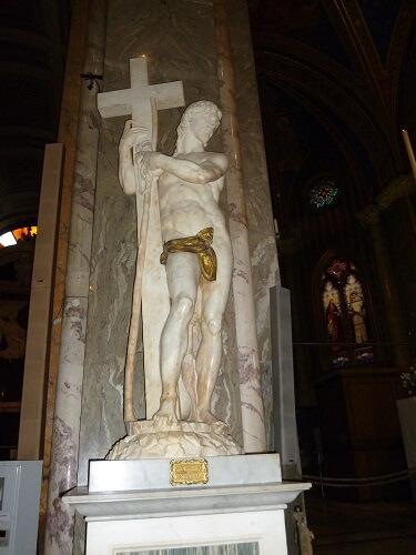 イタリア・ローマのミネルヴァ広場の教会のキリスト像