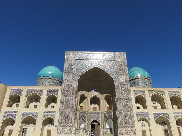 ブハラのカラーンモスク前にある神学校