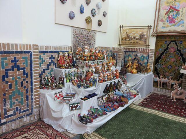 サマルカンドのレギスタン広場のメドレセの中にあるお土産物屋さん