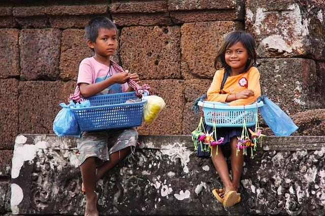 シェムリアップの遺跡で物売りをする子供たち