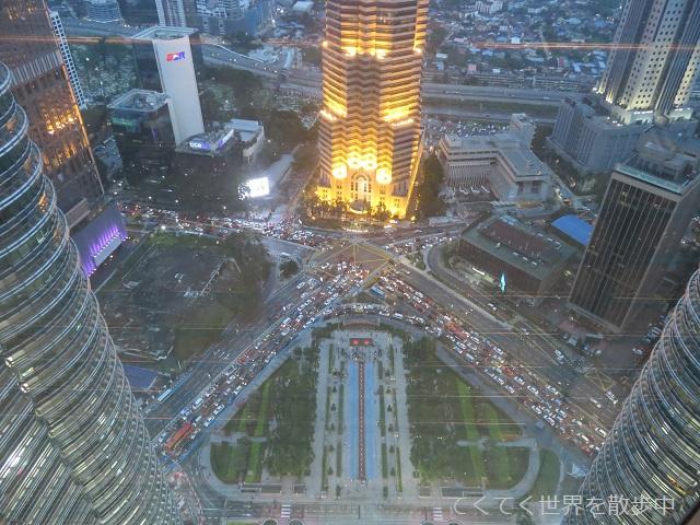 マレーシア・クアラルンプールのぺトロナスツインタワースカイブリッジからの眺め