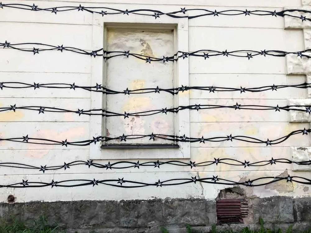Tartu street art barbed wire with Soviet symbol