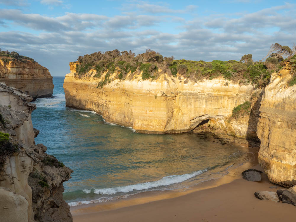 Great Ocean Road highlights Loch Ard Gorge. Ocean bay with cliff