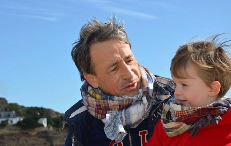 Wayome Upcycling echarpes bucheron enfant et homme qui regarde enfant