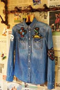 Wayome Upcycling patch vaudou chemise jeans coté