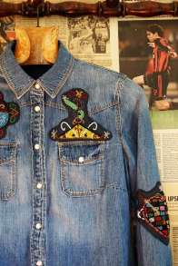 Wayome Upcycling patch vaudou chemise jeans devant droite