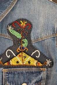 Wayome Upcycling patch vaudou chemise jeans gros plan