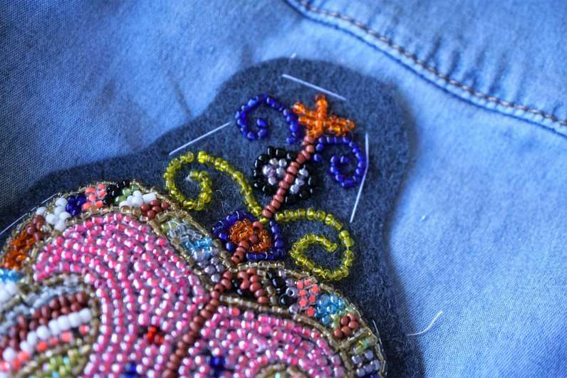 Wayome Upcycling customiser une chemise en jean - gros plan faux fil dos haut