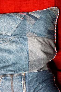 Wayome Upcycling coussin en jeans détail coin droit
