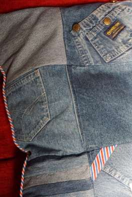 Wayome Upcycling coussin en jeans détail coin gauche
