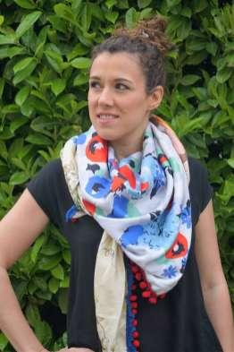 Wayome Upcycling foulard bleu blanc rouge image droite main taille regard gauche