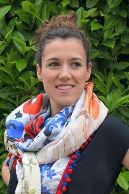 Wayome Upcycling foulard bleu blanc rouge zoom noué regard droite
