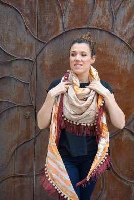 Wayome Upcycling foulard orange et crème devant mouvement