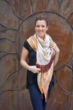 Wayome Upcycling foulard orange et crème devant sourire