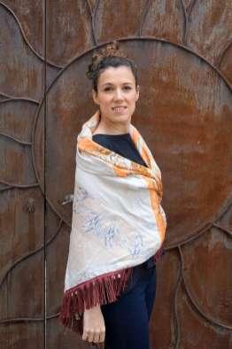 Wayome Upcycling foulard orange et crème dos regard devant