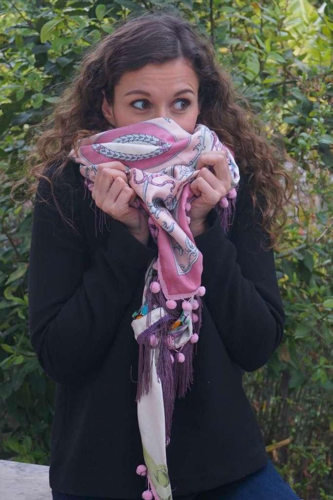 foulard rose et violet vert regard droite tete dans foulard