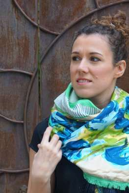 Wayome Upcycling foulard vert d'eau zoom regard gauche