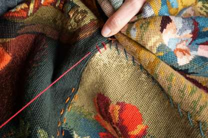Wayome Upcycling tapis réalisé avec des canevas broderie rouge zoom