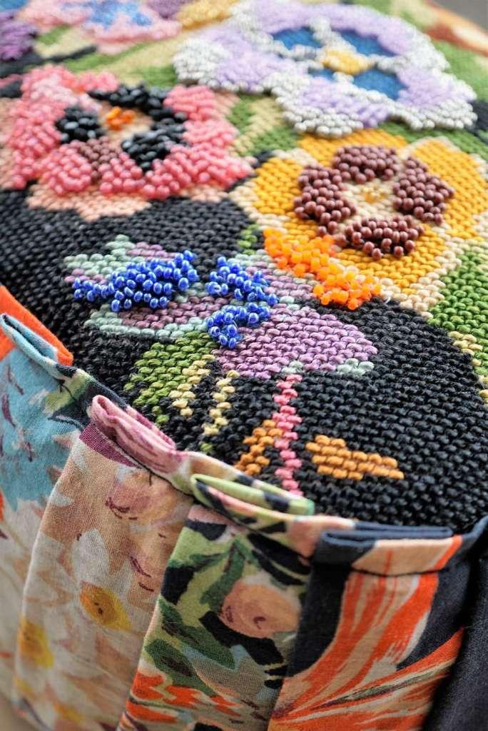 Wayome Upcycling un coussin en canevas fleuri zoom angle