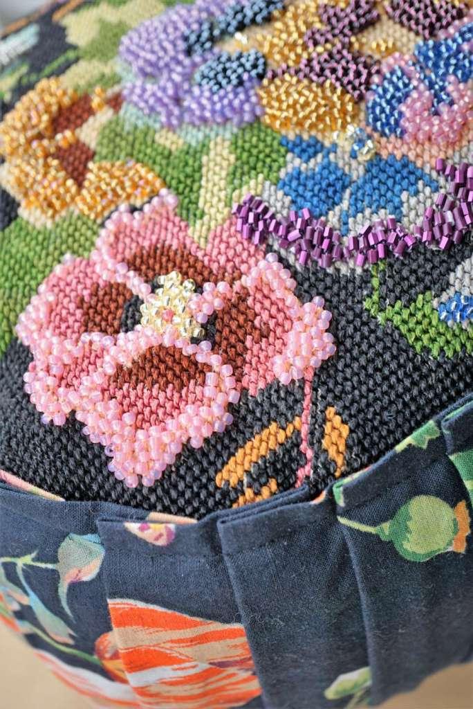 Wayome Upcycling un coussin en canevas fleuri zoom côté