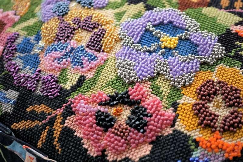 Wayome Upcycling un coussin en canevas fleuri zoom fleurs