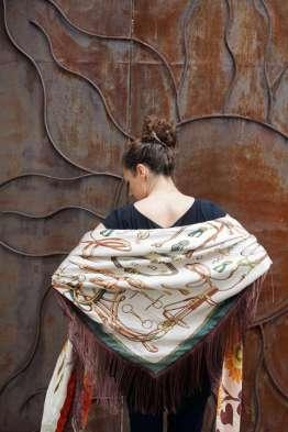 Wayome Upcycline le foulard en soie marron et vert dos beige